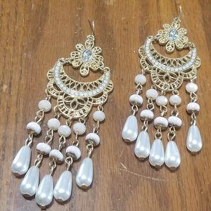 Jewelry - Gold tone pearl earrings